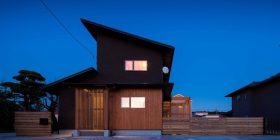 成田市「チャコールグレーが映える家」